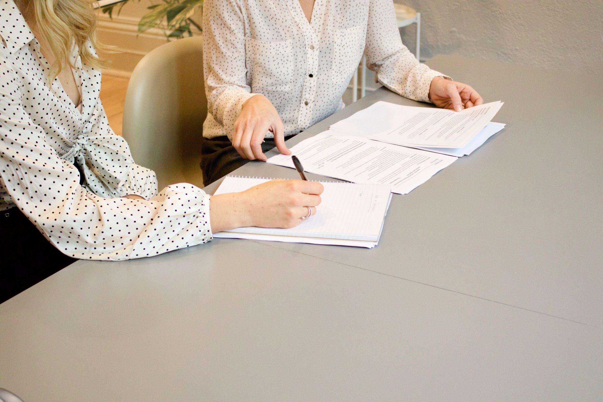foto de abogados firmando un contrato